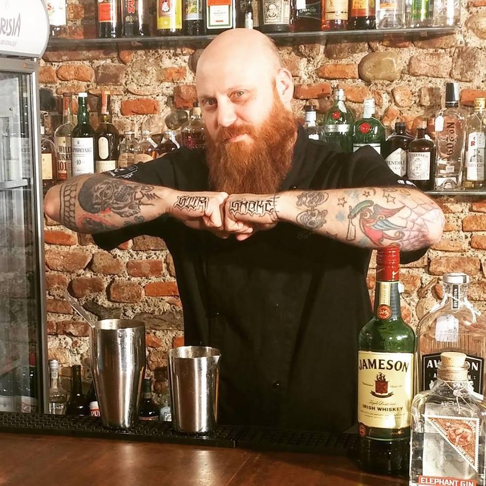 Barba e tattoo, whisky e gin