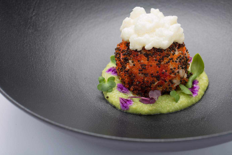 Astice alla fiamma, mousse di avocado e lime, meringa dolce salata e tobiko, uno dei nuovi piatti del Bento