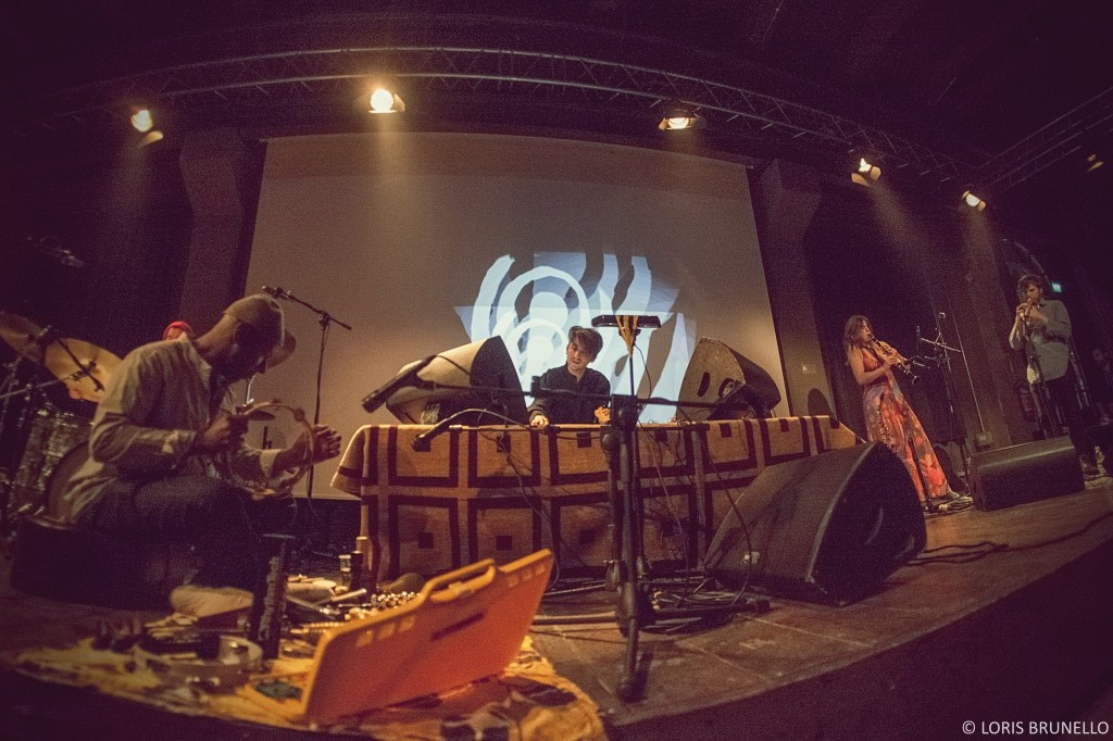 James Holden seduto a gambe incrociate durante la sua live session di psichedelia 3.0 . Pic. by Loris Brunello