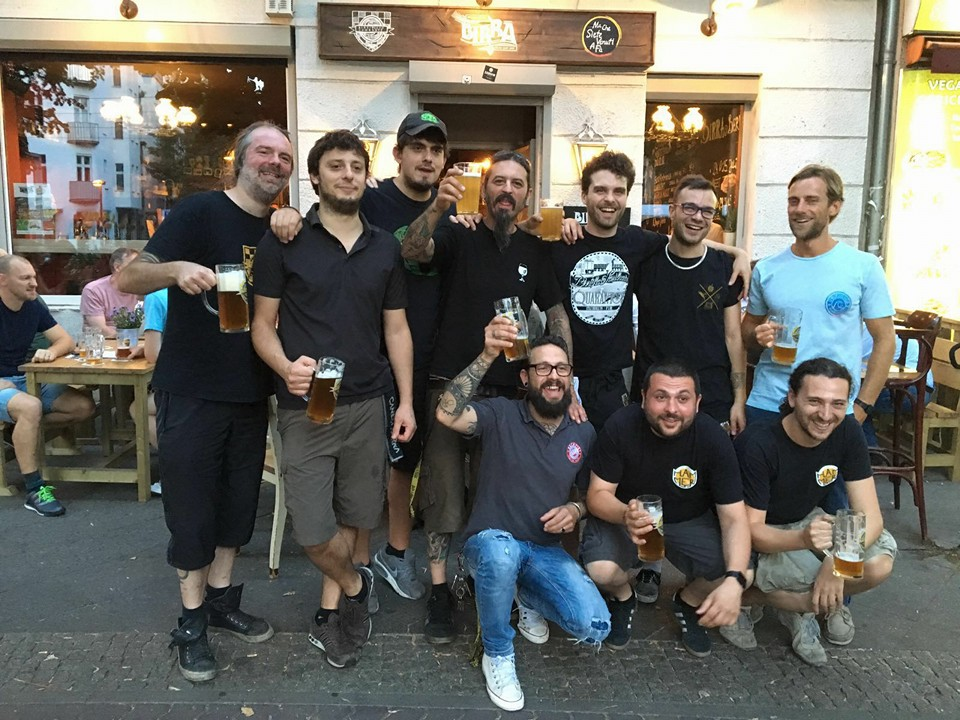 Il team di Birra in posa davanti al locale a Berlino.