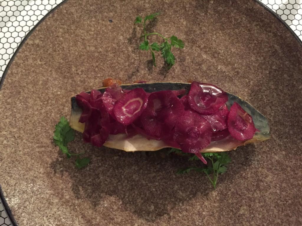 Sgombro marinato confit alle spezie Colombo con caponata e cipolla rossa sottaceto