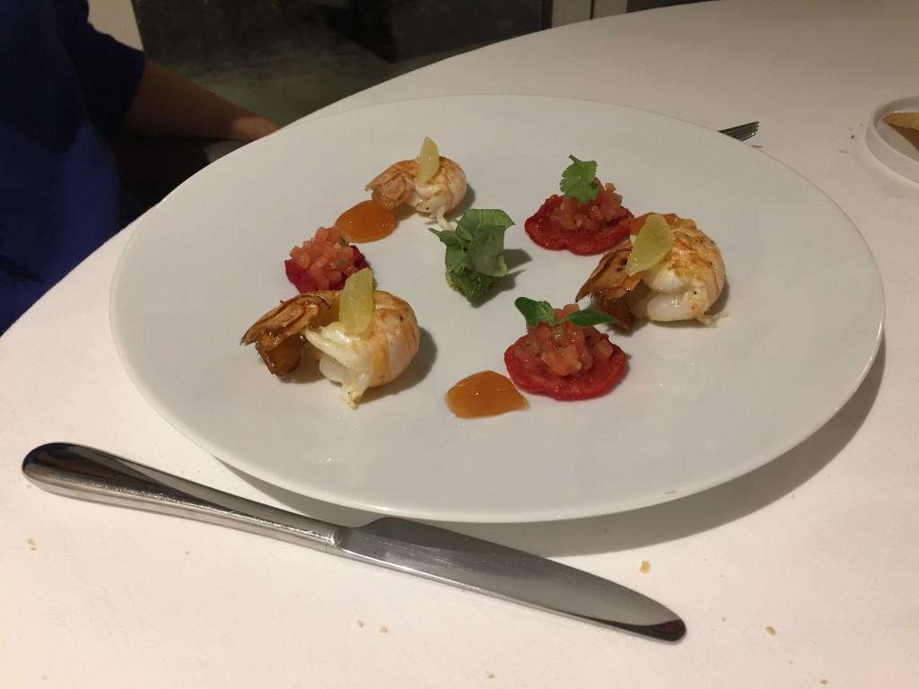 Scampi liguri (di Santa Margherita) appena scottati alla plancia, battuta di pomodoro in salsa Vierge e biscotto genovese al basilico di Prà.