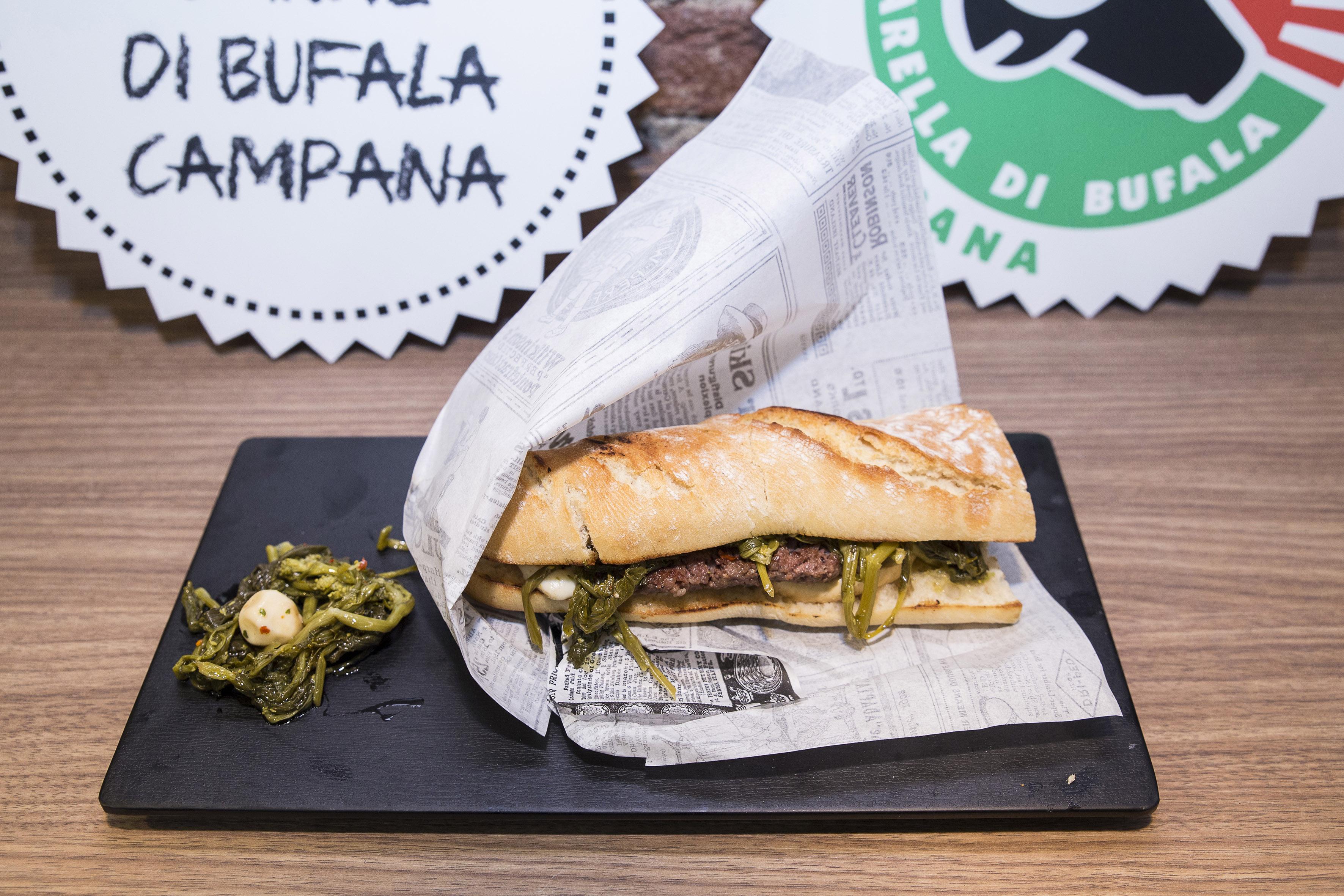 Il panino con carne di bufalo e friarielli.