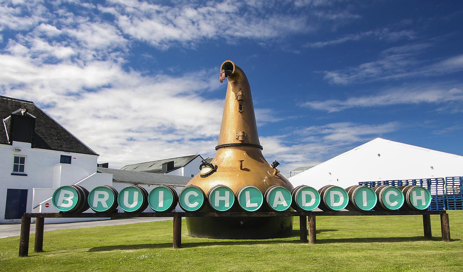 La distilleria Bruichladdic nell'isola di Islay.