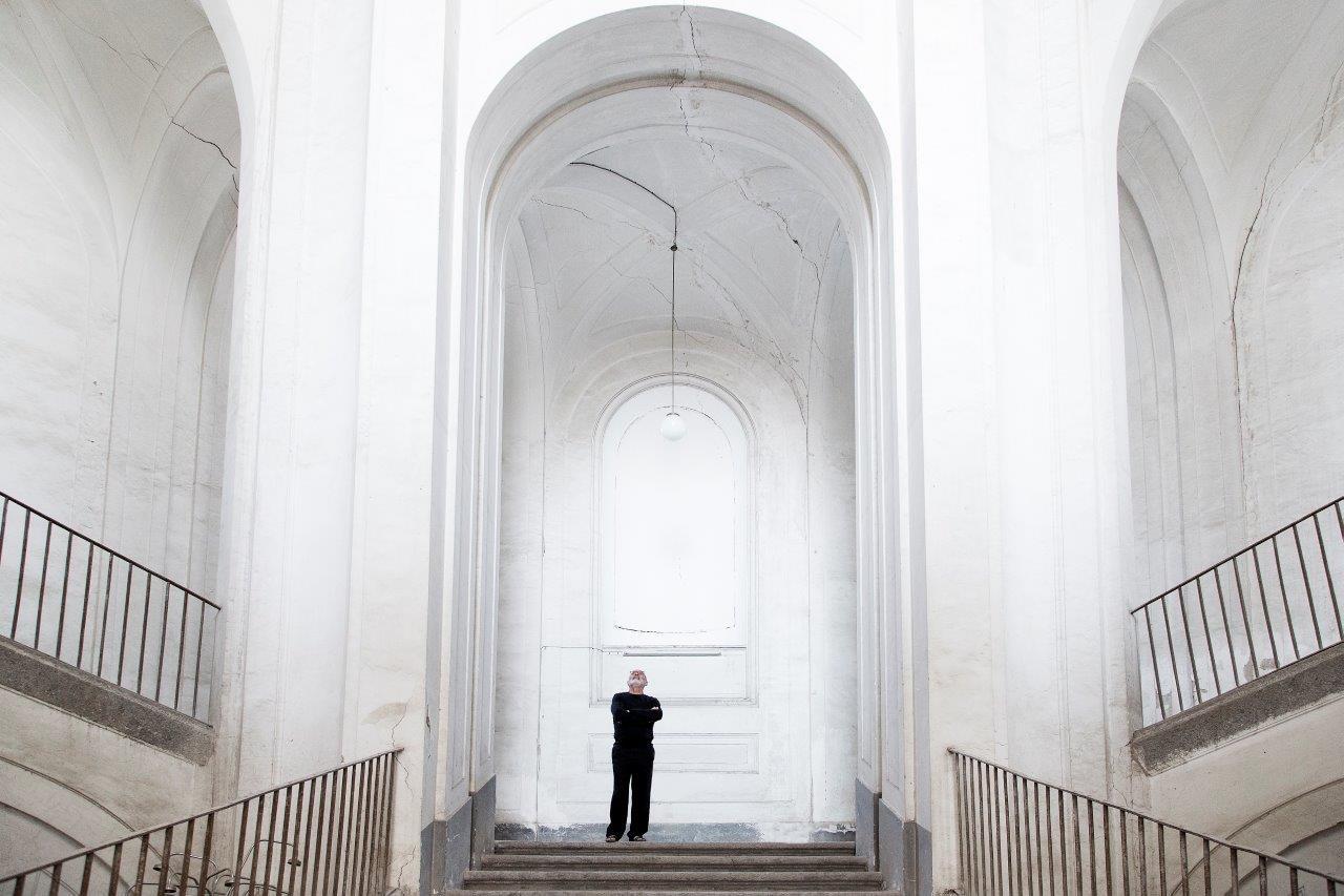 Peppe Morra nello scalone di Casa Morra, inaugurata nell'ottobre 2016