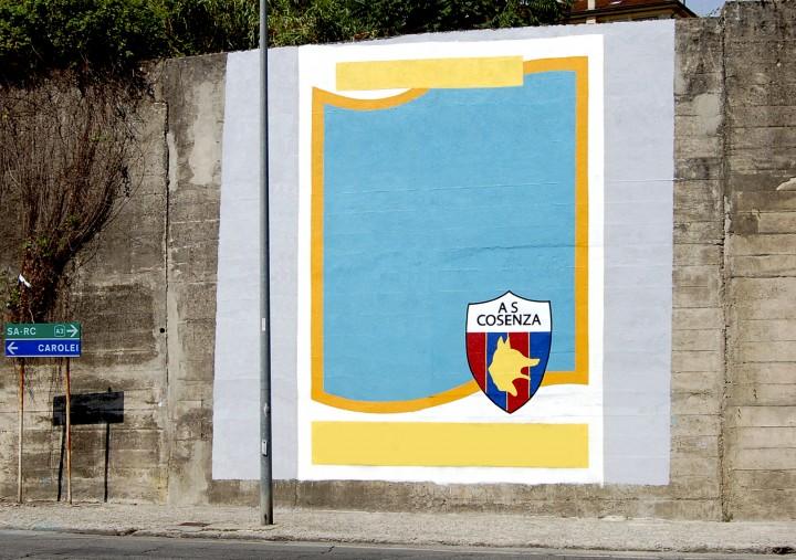 """Flavio Favelli, """"Luigi Marulla"""", Smalto su muro 6,6x5 mt. Veduta dell'installazione presso il Viale della Repubblica, Cosenza (prima della modifica dei tifosi)"""