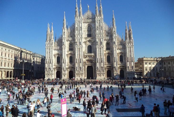 https://zero.eu/content/uploads/2017/03/Ivan-La-Pagina-E-La-Grande-Poesia-Nascosta.-performance-in-piazza-del-Duomo-a-Milano-nel-2016-730x490.jpg