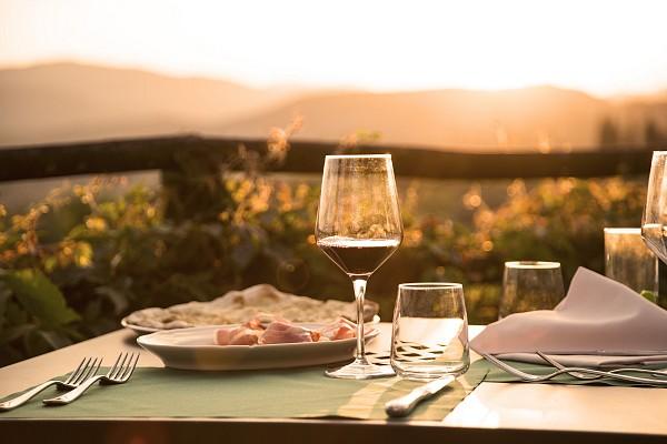La terrazza dove rilassarsi mangiando prodotti tipici e bevendo un calice di vino