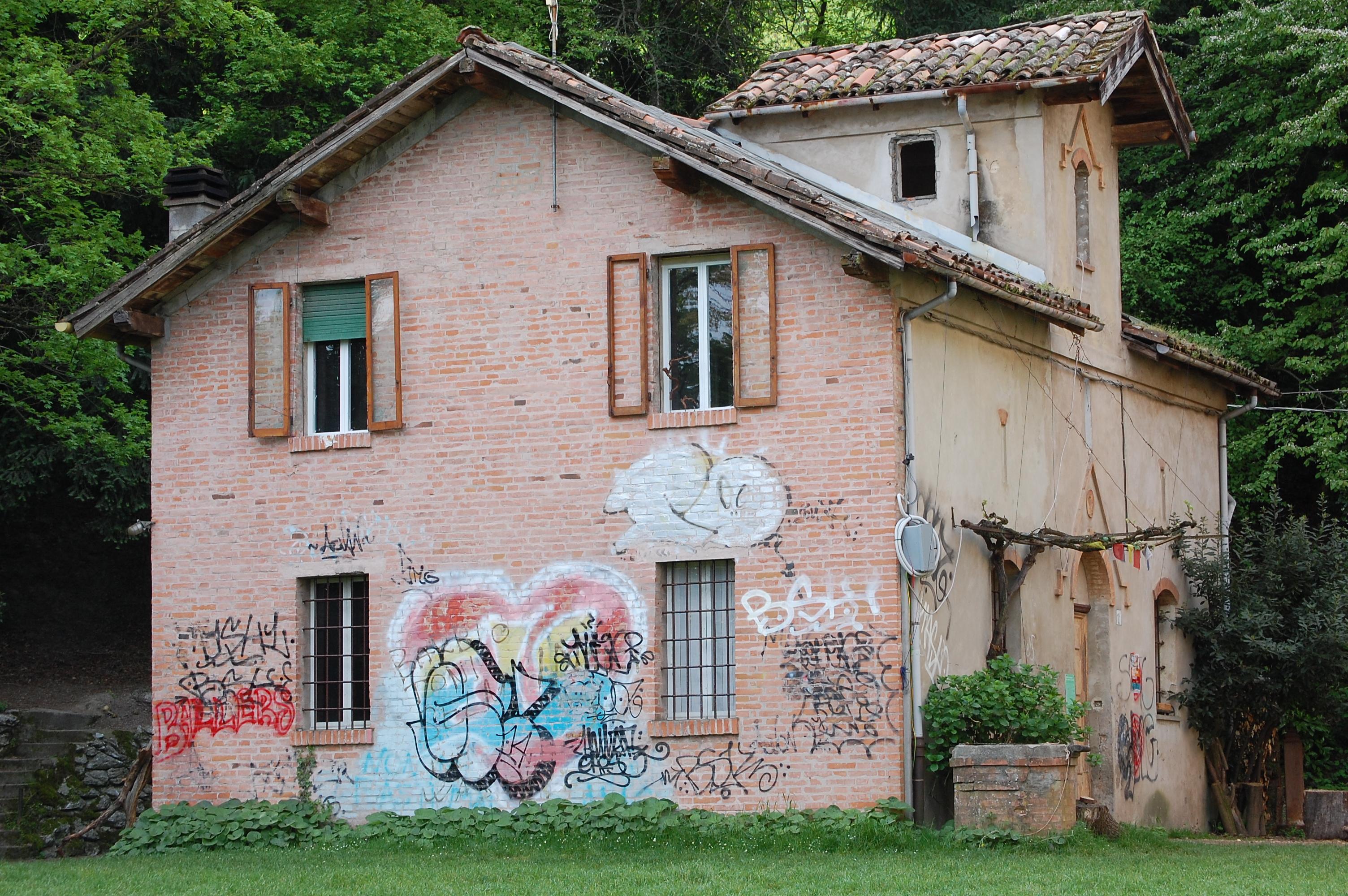 La casa del custode prima della ristrutturazione