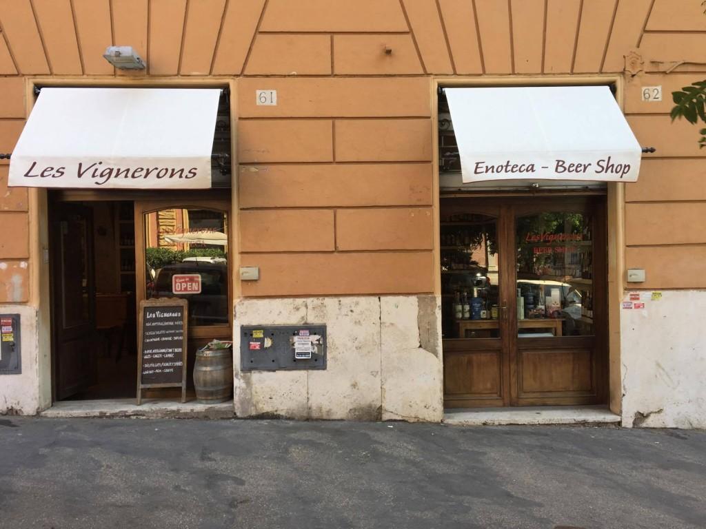 L'ingresso di Les Vignerons su via Mameli.