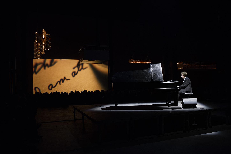 Philippe Parreno's Playlist. Concerto di Mikhail Rudy per pianoforte e Marquees, Pirelli HangarBicocca, Milano, 2016. Courtesy Pirelli HangarBicocca, Milano. Foto: Andrea Rossetti