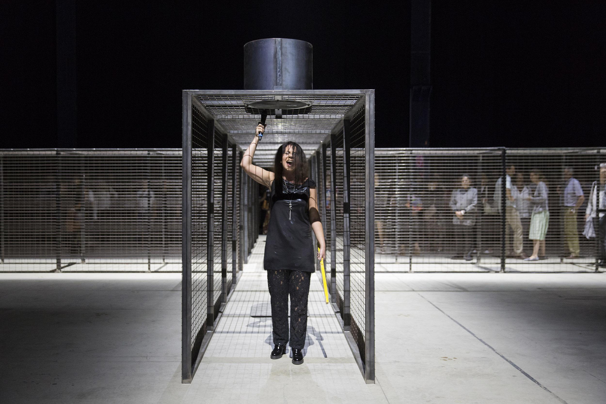 "AGATA ZUBEL sings ""CROSSOVER/S"" by Miroslaw Balka, Pirelli HangarBicocca, Milano, 2017. Courtesy Pirelli HangarBicocca, Milano. Foto: Lorenzo Palmieri"