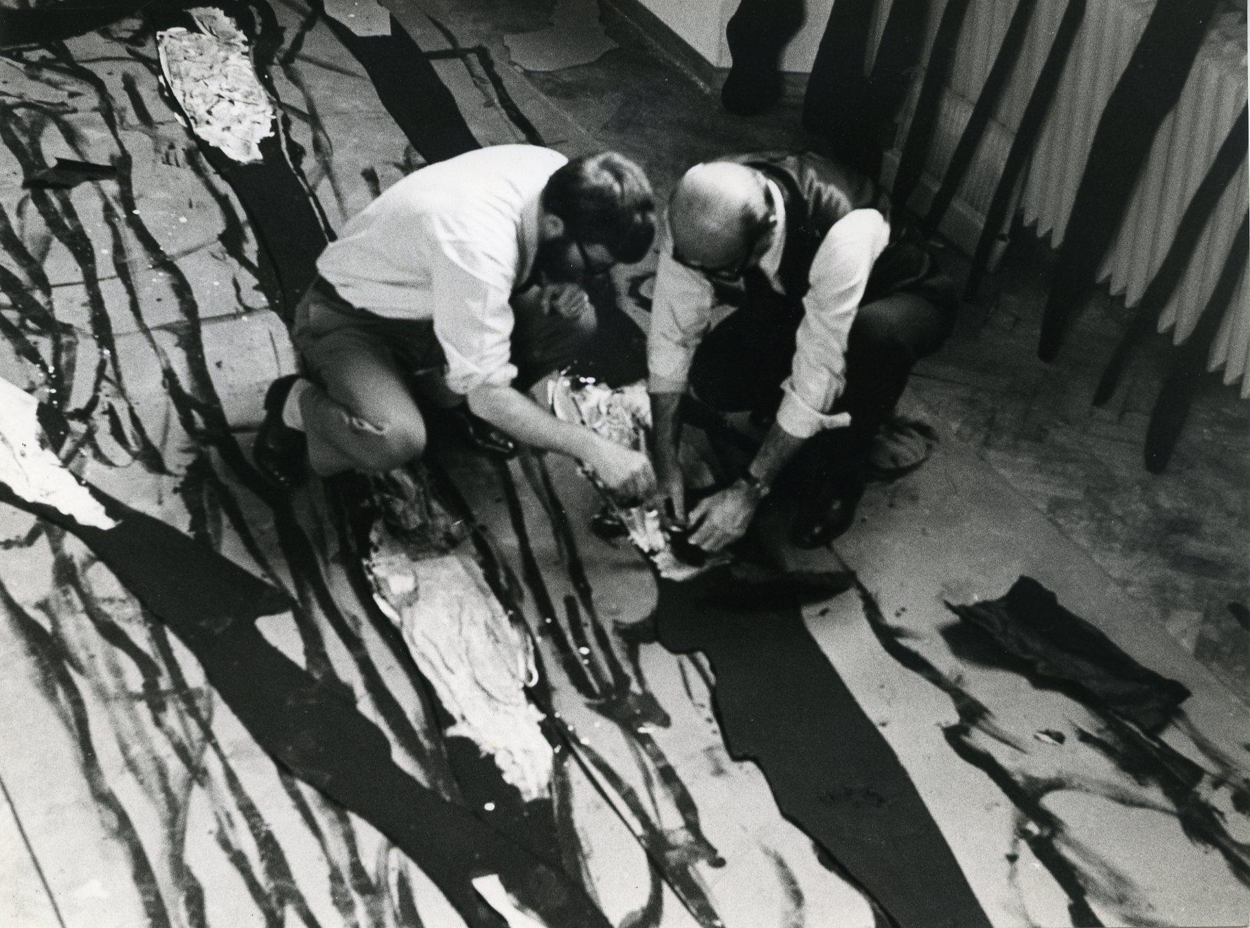 Lucio Fontana e Jef Verheyen dipingono la forma dell'ambiente realizzato per la mostra allo Stedelijk Museum, Amsterdam 1967 © Fondazione Lucio Fontana, Milano