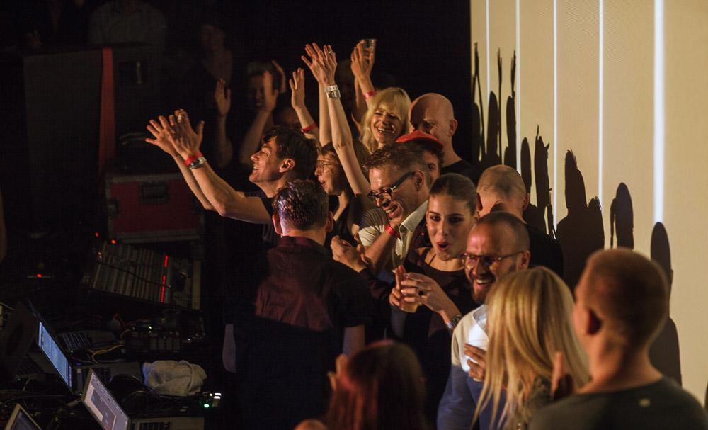 Momenti di festa durante il dj set finale del Campfire. Foto di Alberto Novelli.