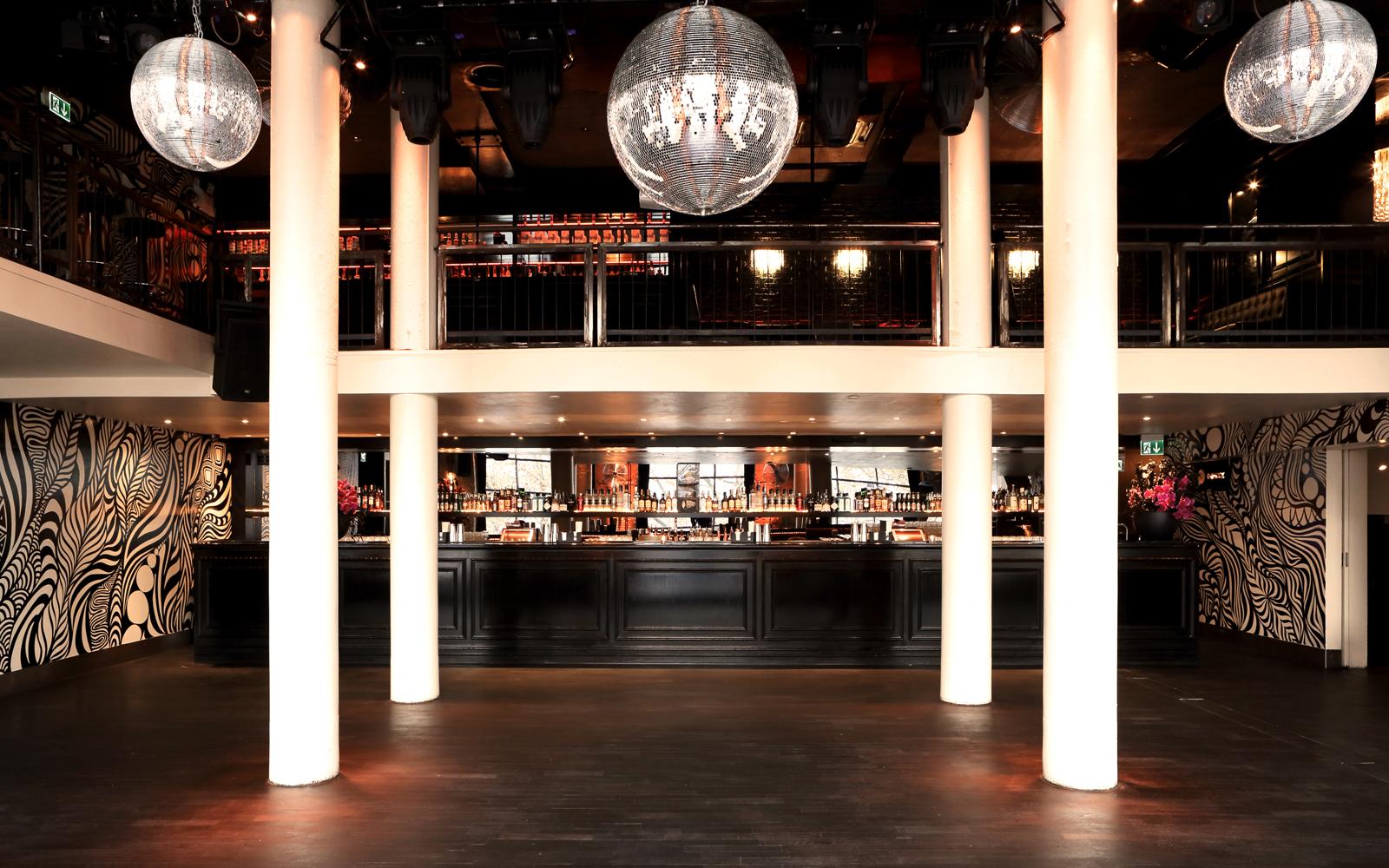 mainfloor-mit-bar-und-galerie