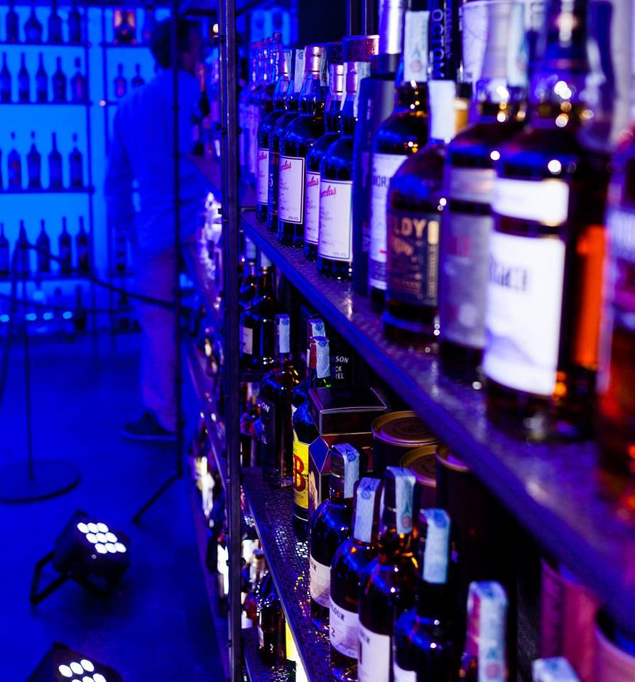Il 2000 Bottles Bar, ovvero l'esposizione delle 2000 bottiglie in vendita da Vargros