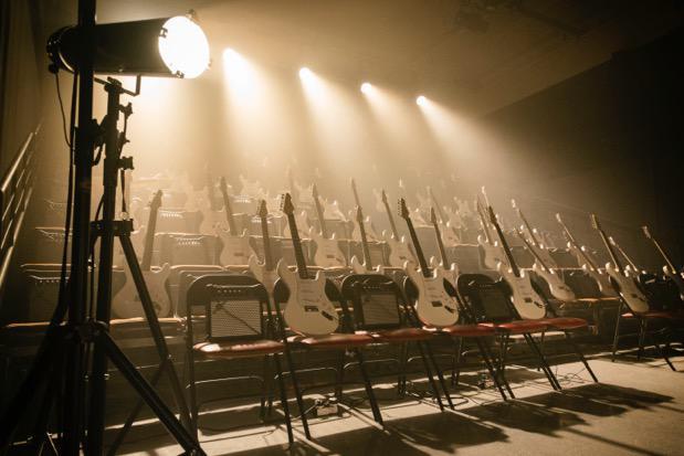 """Le chitarre di """"Anarchy"""", spettacolo della compagnia Societat Doctor Alonso."""