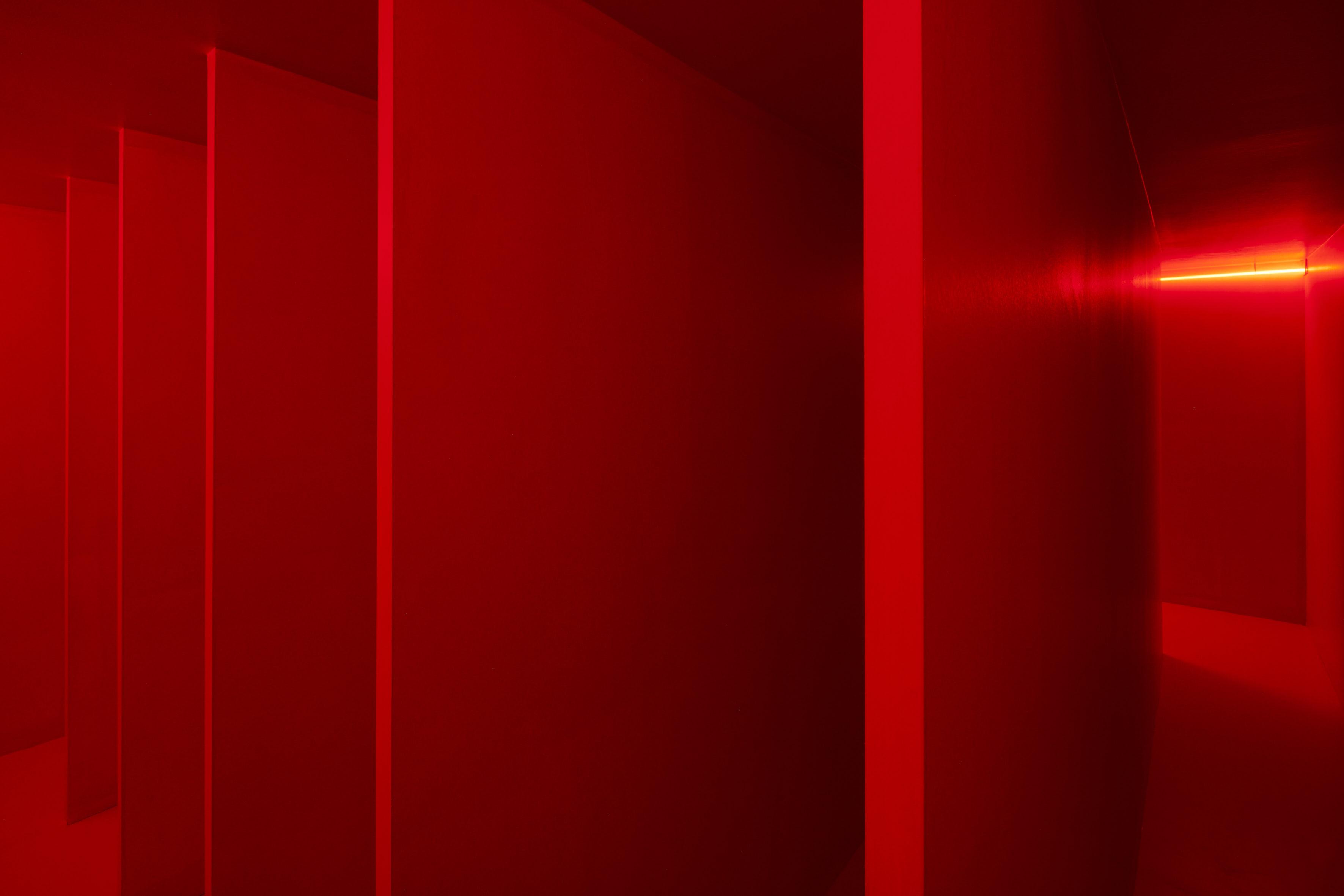 Lucio Fontana, Ambiente spaziale a luce rossa, 1967/2017, veduta dell'installazione in Pirelli HangarBicocca, Milano, 2017. Courtesy Pirelli HangarBicocca, Milano. ©Fondazione Lucio Fontana Foto: Agostino Osio