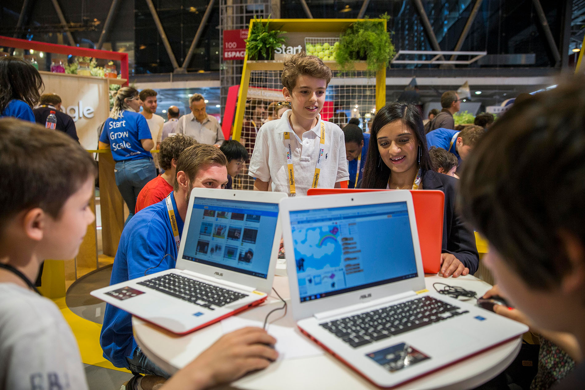 Google-Open-Roberta-Children-programming-at-a-Vivatech-stand-1-©-Pascal-Montary_b