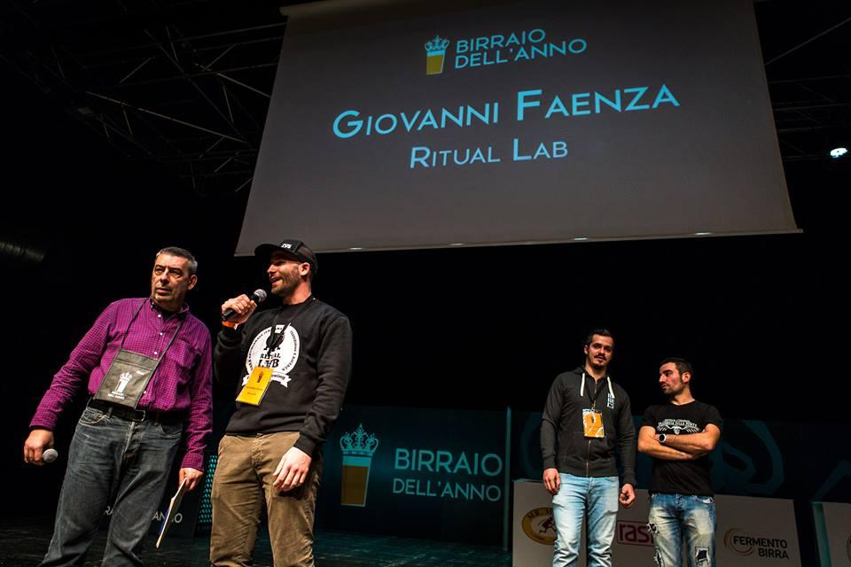 """Lorenzo """"Kuaska"""" Dabove premia Giovanni Faenza."""