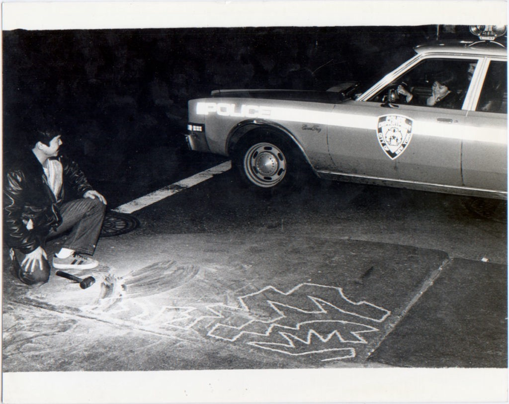 Ken Hiratsuka scalpella i marciapiedi di New York.