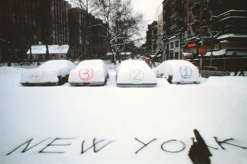 Dipinti sulla neve nel rigido inverno di New York.