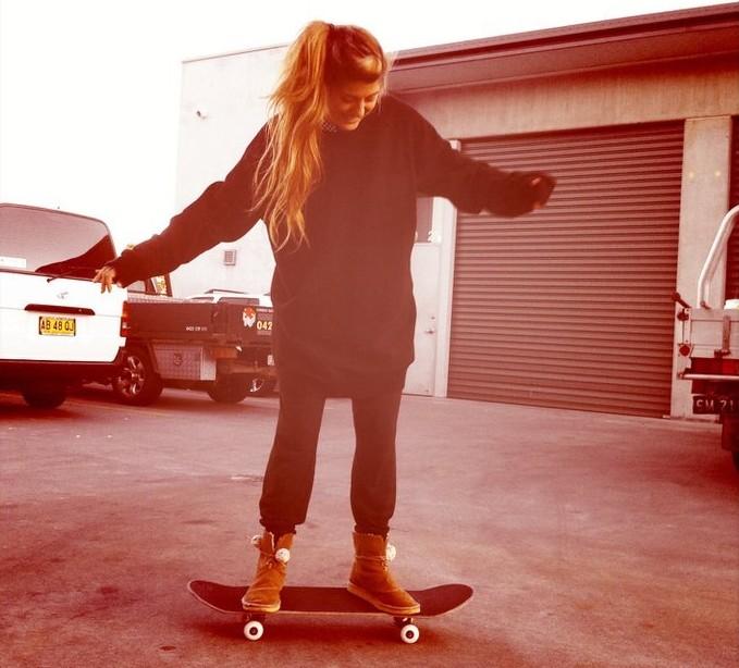 Veronica che impara a skateare in Australia