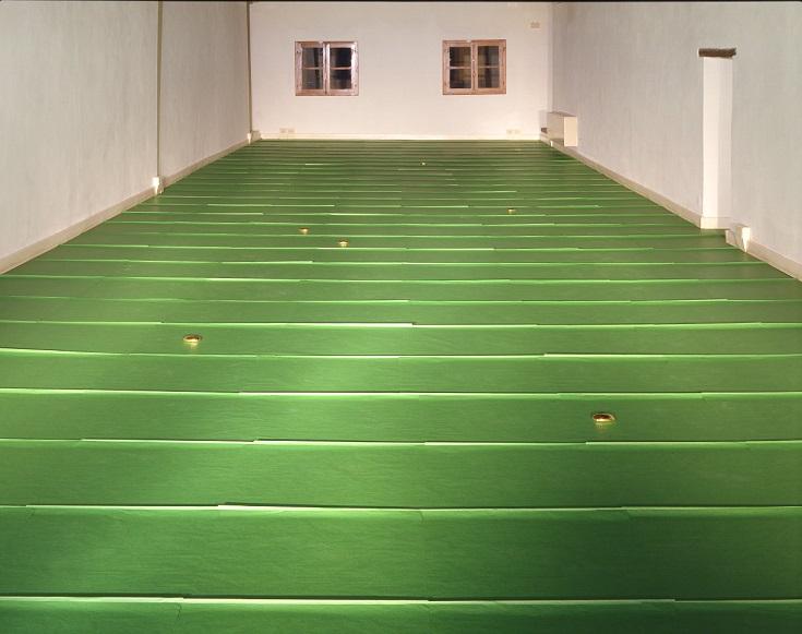 Ettore Spalletti, Senza scampo, 2001. Veduta della mostra Stanze del cammino di mezzo, 2001, a cura di Rita Selvaggio. Fotografia Attilio Maranzano. Courtesy Casa Masaccio Centro per l'Arte Contemporanea